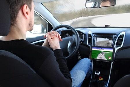 Un conducteur dans une voiture en pilote automatie : il perd sa responsabilité pour l'assurance auto