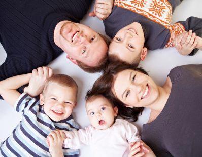 Parents et enfants soutenus par l'offre de MMA Assurance